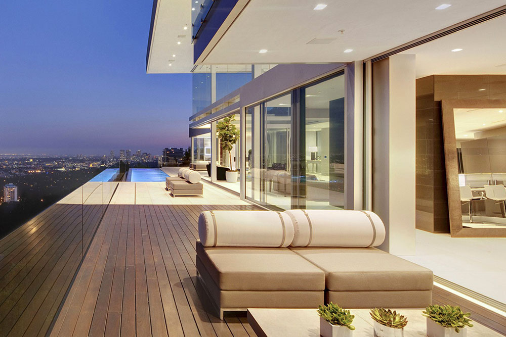 Modern hollywood mansion in la with beautiful panoramic for Architecture designs for small home living